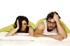 美好的夫妇在一个绿色鸭绒垫子下的床上 图库摄影