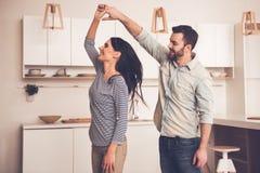 美好的夫妇在厨房里 库存图片