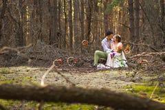 美好的夫妇在森林里 图库摄影