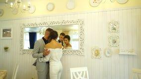 年轻美好的夫妇在镜子的餐馆做一selfie 股票录像