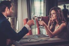 美好的夫妇在餐馆 免版税图库摄影