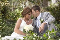 美好的夫妇在他们的婚礼之日 免版税库存图片