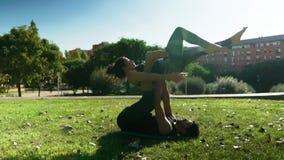 美好的夫妇实践的acro瑜伽早晨 股票视频