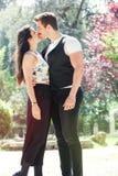 美好的夫妇容忍和亲吻 爱恋的关系和感觉 户外 免版税图库摄影