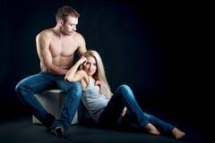 年轻美好的夫妇开会 被隔绝的射击 免版税库存照片