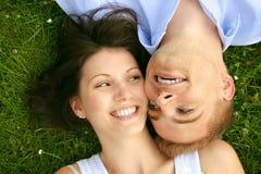 美好的夫妇愉快微笑 免版税库存图片
