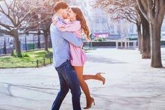 美好的夫妇愉快的亲吻的年轻人 免版税库存图片