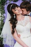 美好的夫妇查出的纵向白色 礼服片段顺序婚礼 婚礼辅助部件 免版税库存图片