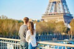 美好的夫妇浪漫的巴黎 免版税库存图片