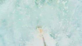 年轻美好的夫妇游泳在海洋 股票录像