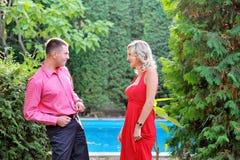 年轻美好的夫妇获得乐趣在夏天公园 免版税库存照片