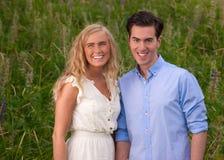 美好的夫妇递藏品年轻人 免版税图库摄影