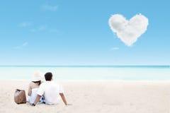 美好的夫妇geataway在海滩和爱覆盖 免版税库存图片