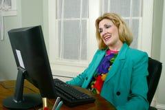 美好的女商人满意的工作 免版税库存图片