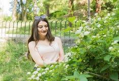 美好的女孩公园夏天 免版税图库摄影