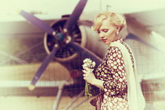 美好的女孩和飞机葡萄酒照片  库存图片