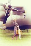 美好的女孩和飞机葡萄酒照片  库存照片