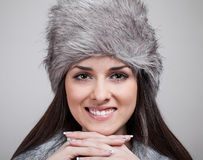 美好的女孩帽子纵向冬天 免版税库存照片