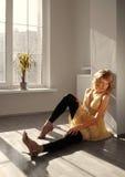 美好的女孩模型坐地板 免版税库存照片