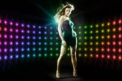 美好的女孩跳舞在俱乐部迪斯科 免版税库存照片