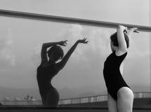 美好的女孩跳舞在城市 免版税库存照片