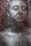 美好的女孩面孔thorugh画象在黑白照片的网 免版税库存照片