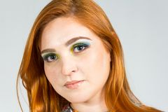 美好的女孩portrait 特写 红发女孩佩带的col 免版税图库摄影