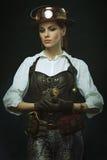 美好的女孩steampunk 摆在与时钟 库存照片