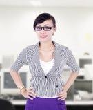 美好的女实业家姿势在办公室 免版税图库摄影