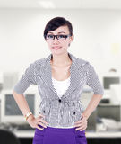 美好的女实业家姿势在办公室 免版税库存图片