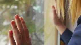 美好的女性手特写镜头在窗口的 影视素材