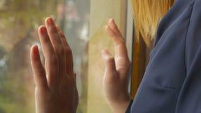 美好的女性手特写镜头在窗口的 股票视频