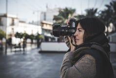 美好的女性摄影师射击 免版税库存图片