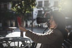 美好的女性摄影师射击 免版税图库摄影