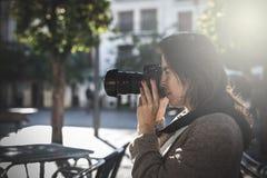 美好的女性摄影师射击 库存照片