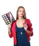 年轻美好的妇女举行在一只手和一个调色板上有油漆的和阴影构成的,中间人刷子 库存照片