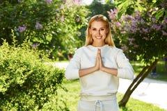 美好的妇女体育体操绿色公园自然夏天微笑 免版税库存图片