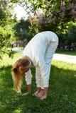 美好的妇女体育体操绿色公园自然夏天微笑 库存照片