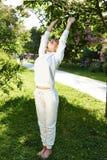 美好的妇女体育体操绿色公园自然夏天微笑 免版税库存照片