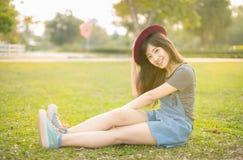 年轻美好的妇女微笑在秋天 库存照片