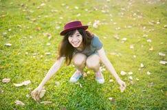 年轻美好的妇女微笑在秋天 免版税库存图片