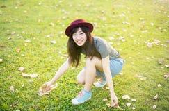 年轻美好的妇女微笑在秋天 库存图片