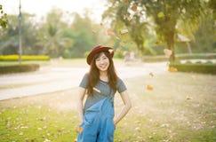 年轻美好的妇女微笑在秋天 图库摄影