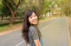 年轻美好的妇女微笑在秋天 免版税库存照片