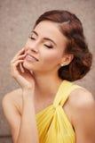 年轻美好的妇女时装模特儿室外画象与闭合的眼睛的 库存照片
