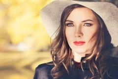 美好的妇女时装模特儿晴朗的秋天画象  库存照片