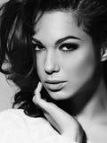美好的妇女模型魅力画象与新每日构成和浪漫波浪发型的。 免版税图库摄影