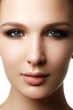 美好的妇女模型魅力画象与新鲜的每日makeu的 库存图片