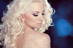 美好的妇女模型魅力画象与时尚的构成的 免版税库存图片
