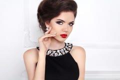 美好的妇女模型魅力画象与红色嘴唇和头发的 免版税图库摄影